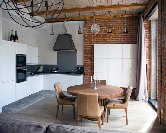 Удачное сочетание для дизайна помещения: угловая кухня-гостиная в стиле лофт  c плоскими фасадами, белыми фасадами, кирпичной стеной